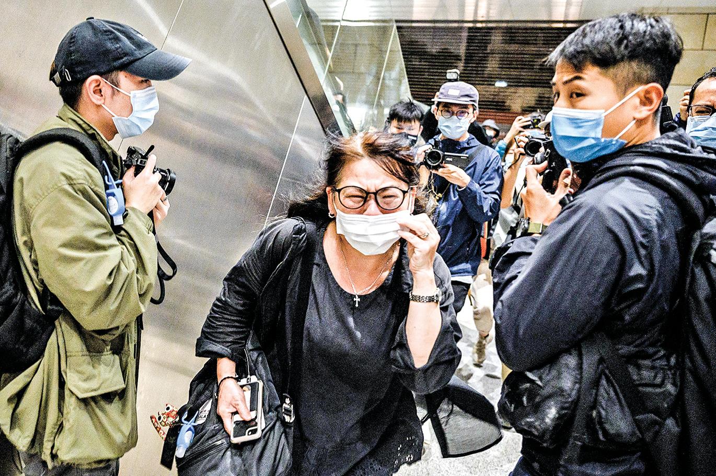 香港47名民主人士被關押,多名家屬難以接受,有位母親庭外痛哭:法治已死。(Getty Images)
