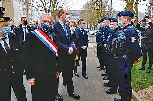 3月5日,達梭(2左)與總統卡斯特(4左)和內政部長達爾馬寧(6左)一起參加公開活動。(Getty Images)