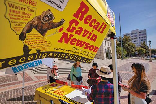 2月28日,設在帕薩迪納市市政廳附近的罷免加利福尼亞州州長紐森的徵簽點。(Getty Images)