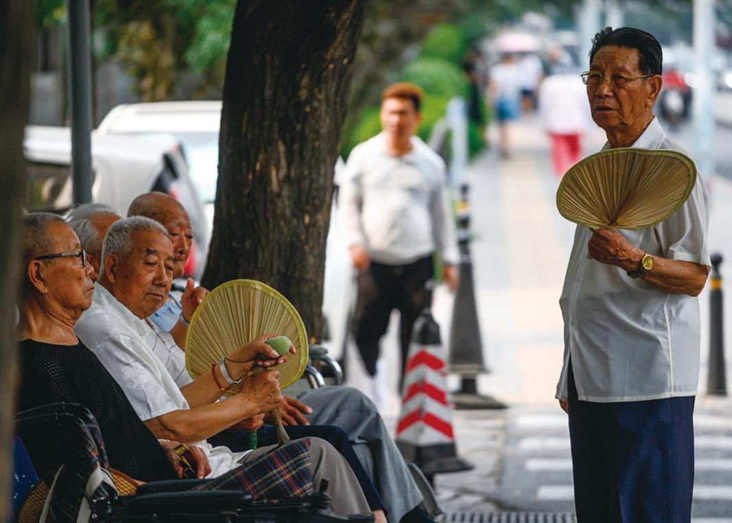 2019年6月26日,北京的老人在樹下乘涼。(FRED DUFOUR/AFP/Getty Images)