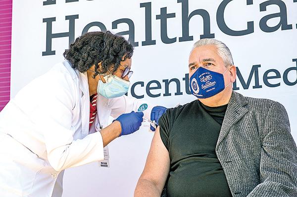 2月26日,Hector Hernandez 主教在康涅狄格州 Bridgeport 市的一醫療中心接種輝瑞疫苗。(AFP)