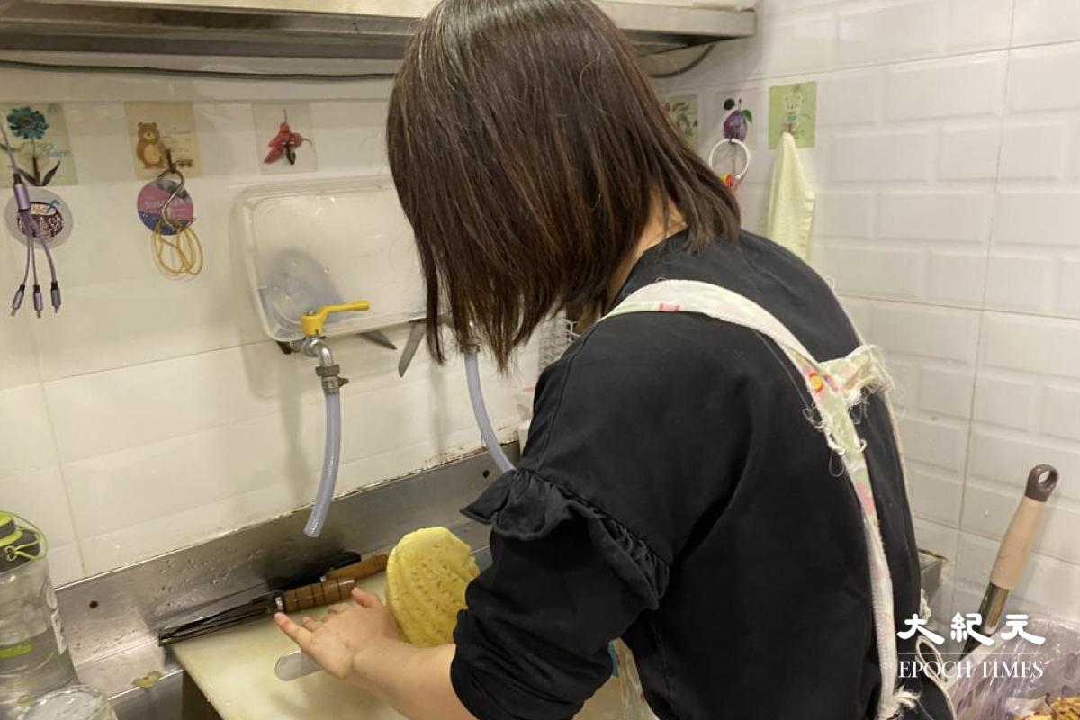 水果店店員介紹指,一般港人認識的菠蘿多數是菲律賓出產,台灣鳳梨體積較小,果肉較嫩,果味較香。(梁珍/大紀元)