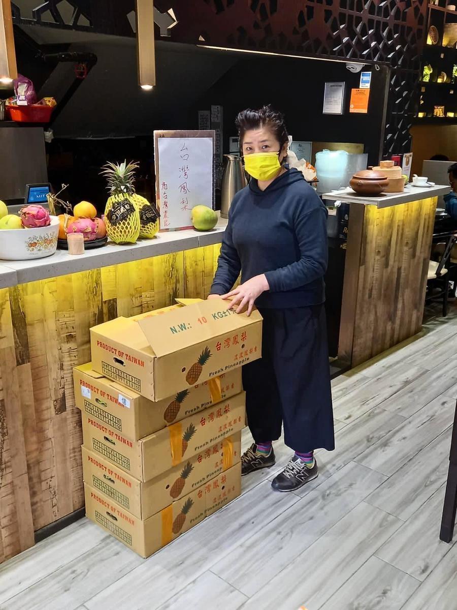 相隔兩街的「徐記廚房點心」老闆徐媽媽亦特地從「味の源 ~鮮榨果汁」購入數箱鳳梨加入支持台灣農民的行列。(徐記廚房點心提供)