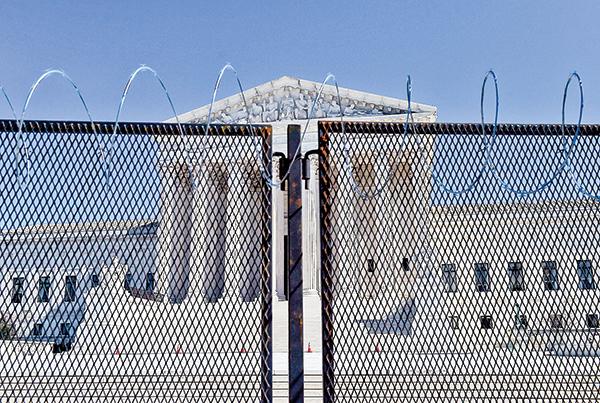 四週環繞著柵欄的最高法院大樓。(Getty Images)