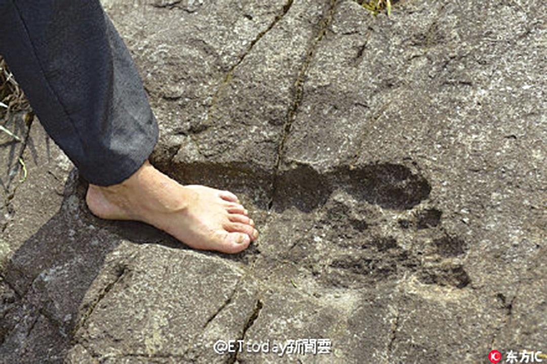 「巨人腳印」驚現貴州月亮山脈的一塊巨石上,長約57厘米,比普通成人腳印的兩倍還要長。(網絡圖片)