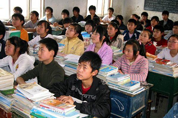 中國教育不強調思辨能力和創造性思考技巧,使學生缺乏獨立思考的能力,甚至依賴記憶和抄襲應付學業。圖為安徽省一所學校,學生們正在上課。(AFP)