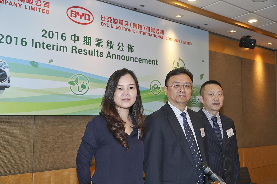 比亞迪董事長王傳福(中)表示,上半年銷售額較去年同期升43.74%,主要來自新能源車的銷量增長。(余鋼/大紀元)