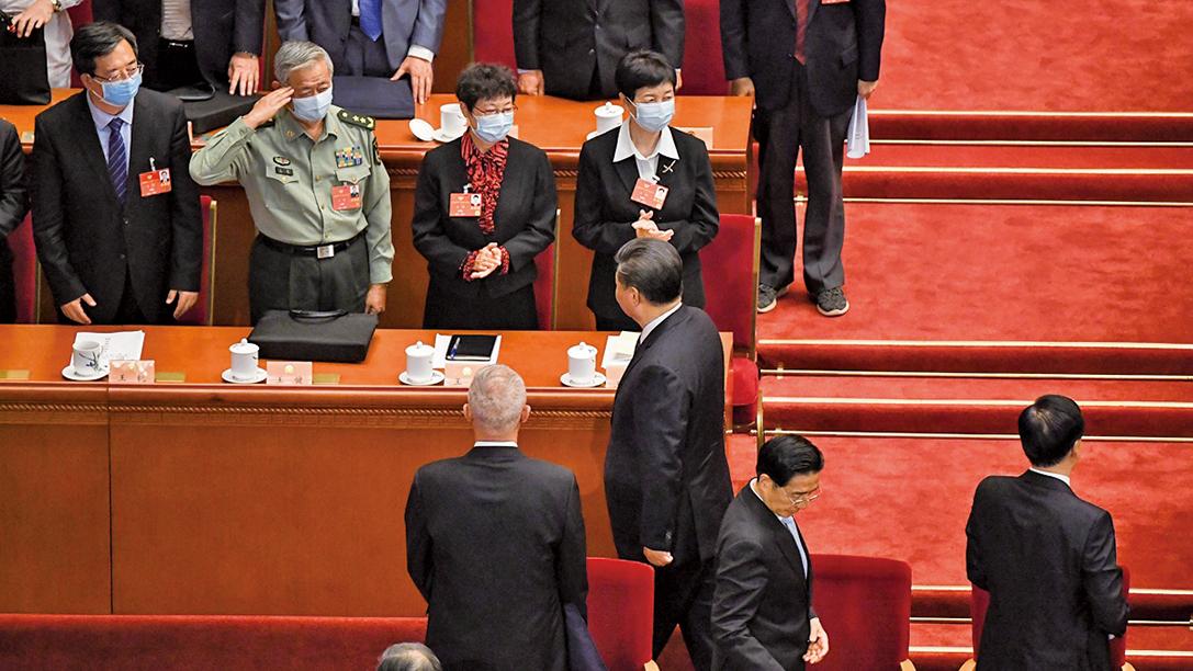 習近平9日參加中共人大軍隊代表團討論時,罕見地不再強調「備戰打仗」而是「槍口對內」。(LEO RAMIREZ/AFP via Getty Images)