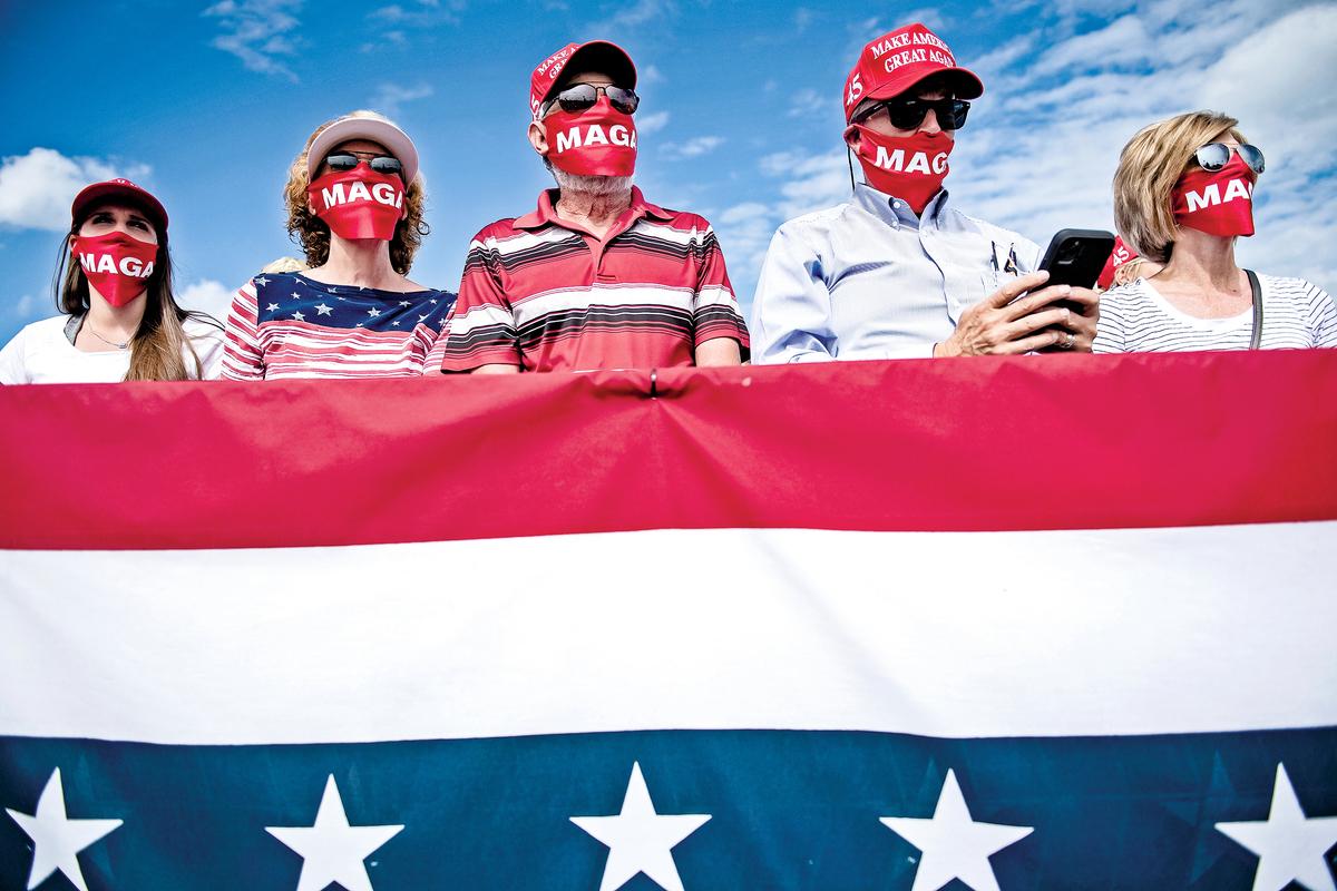 2020年10月15日,支持者在北卡州皮特-格林威爾機場舉行的「讓美國再次偉大」活動上聽特朗普總統演講。(Getty Images)