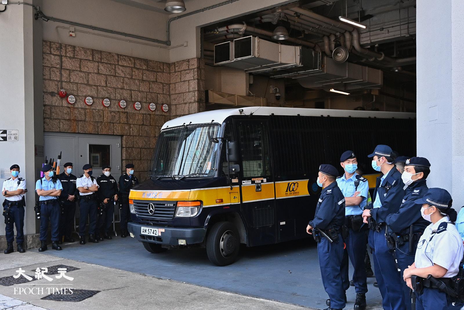 3月11日下午,伍健偉坐囚車離開高等法院。(宋碧龍/大紀元)