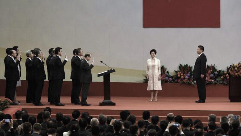 2017年7月1日,香港新任行政長官林鄭月娥(右2)帶領港府官員,在香港會議展覽中心面向中共國家主席習近平(右1)宣誓就職。(ANTHONY WALLACE/AFP via Getty Images)