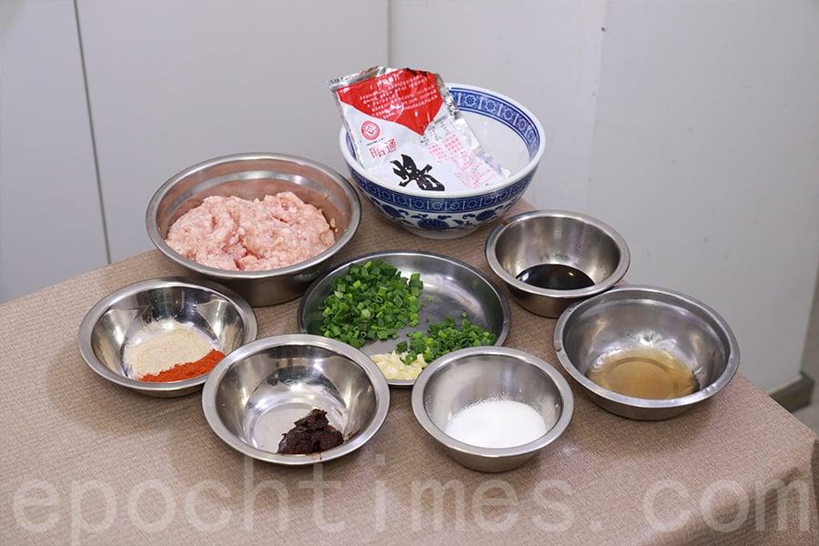 炸醬(昭通醬炒豬腩肉)主要材料。(陳仲明/大紀元)