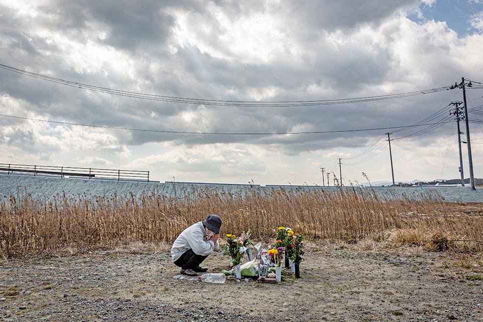日本10年前的3月11日發生規模九級大地震,引發海嘯及核輻射外洩,2萬多人死亡或失蹤。近兩天,民眾在各地舉行悼念活動。圖為福島縣浪江町一位居民悼念罹難的親屬。(Getty Images)