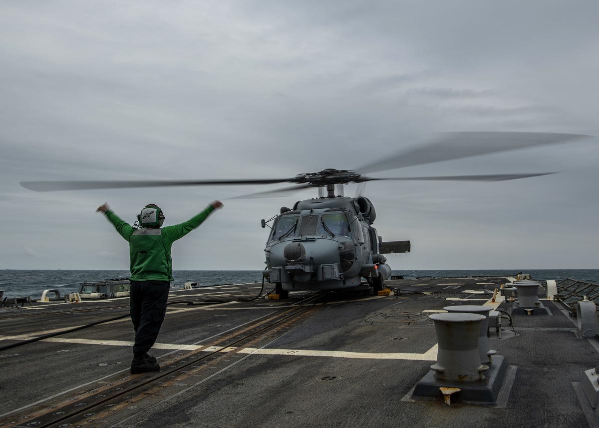 美國伯克級驅逐艦芬恩號3月10日在台灣海峽南端的西南海域進行艦載直升機起降等相關演練。(美國海軍第七艦隊官網圖片)