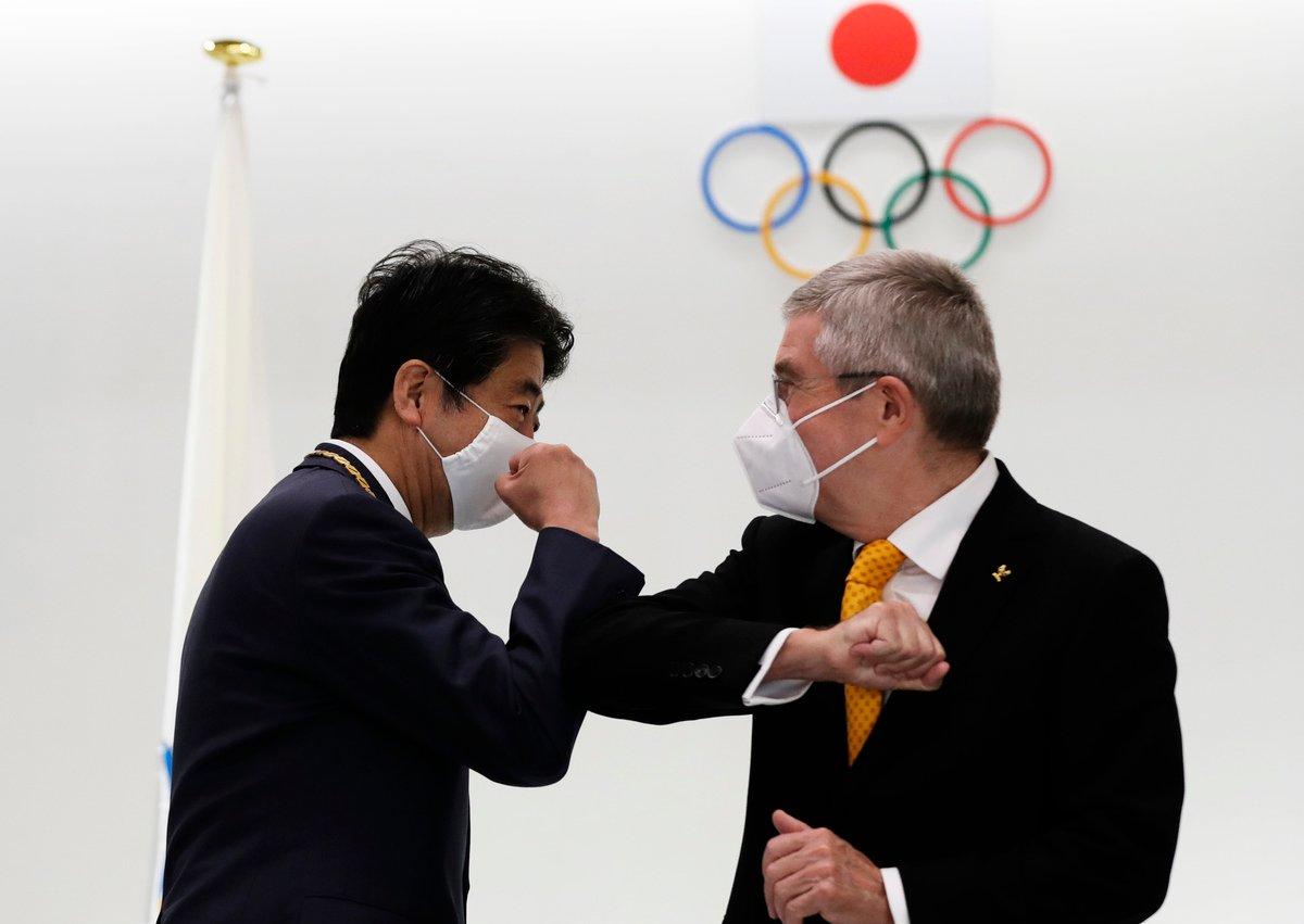 國際奧委會主席巴赫(右)2020年11月16日到訪日本東京,與日本前首相安倍晉三(左)會晤。(Kim Kyung-Hoon-Pool/Getty Images)