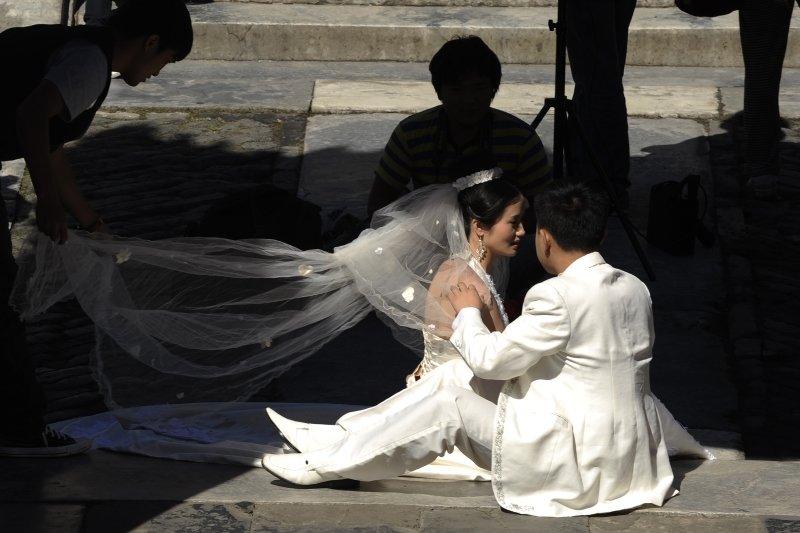 圖為北京一對新人正在拍攝婚紗照。(AFP PHOTO/Peter PARKS)