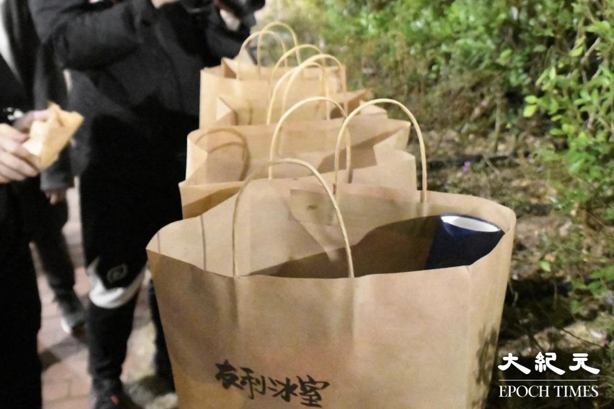 有不少黃店和市民,自發性到物資站補充物資及幫手。(麥碧/大紀元)