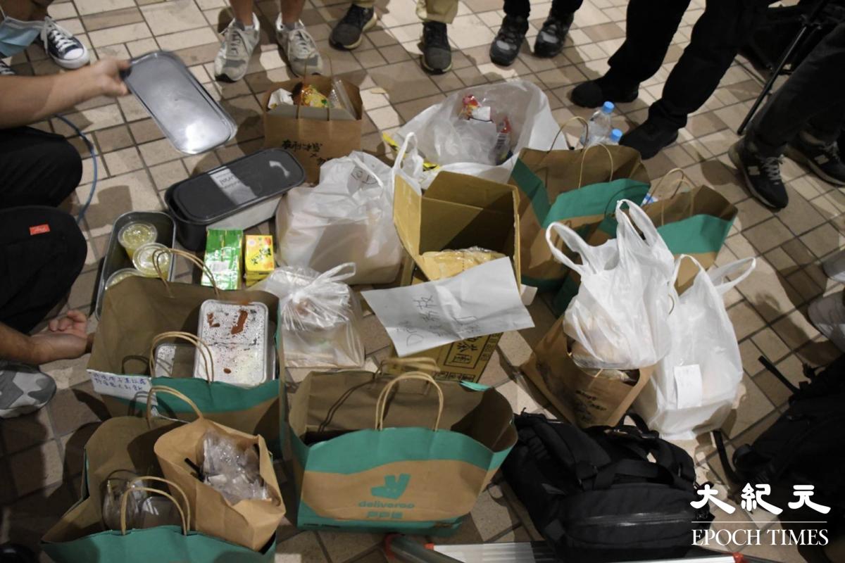 47人案其間,西九龍裁判法院外,竟然出現了一個物資站。大家各司其職,向在場人士分派所需物資。(麥碧/大紀元)