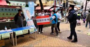 大埔區議員踩場經民聯街站 贈「忠誠的廢物」紙牌