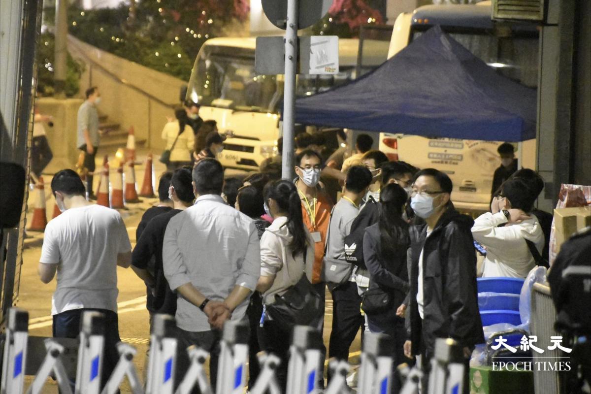 晚上7時40分,薄扶林道與水街交界,封區強制檢測現場另一邊,有大批工作人員仍在設置中。(麥碧/大紀元)