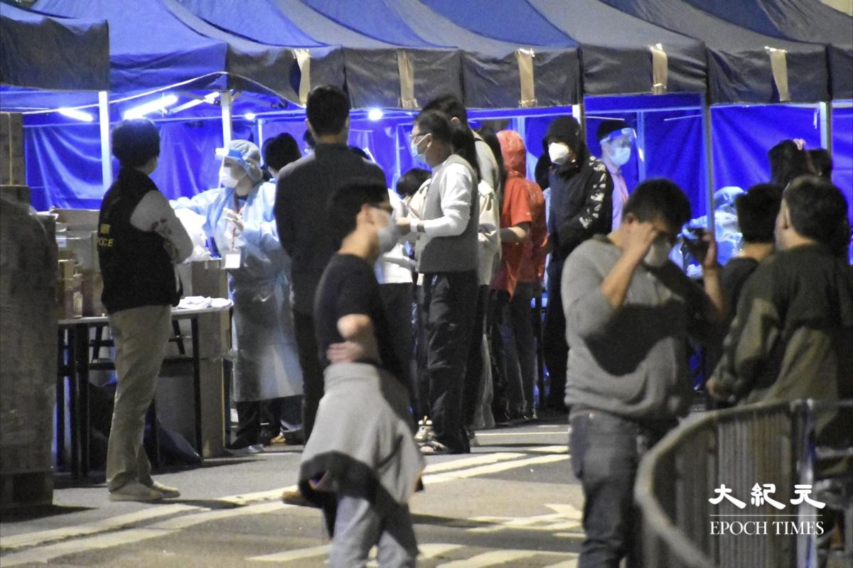 晚上9時15分,陸續有被圍封範圍內的居民開始進行檢測。記者發現,有部分居民被戴上手帶。(麥碧/大紀元)
