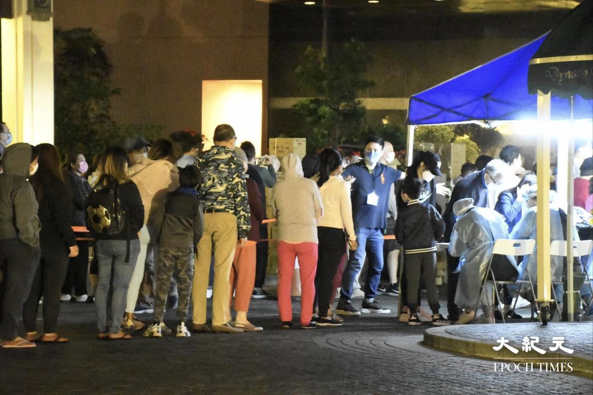 晚上10時15分,舊山頂道23號帝景園,第3、第4、第5座居民排隊檢測。(麥碧/大紀元)