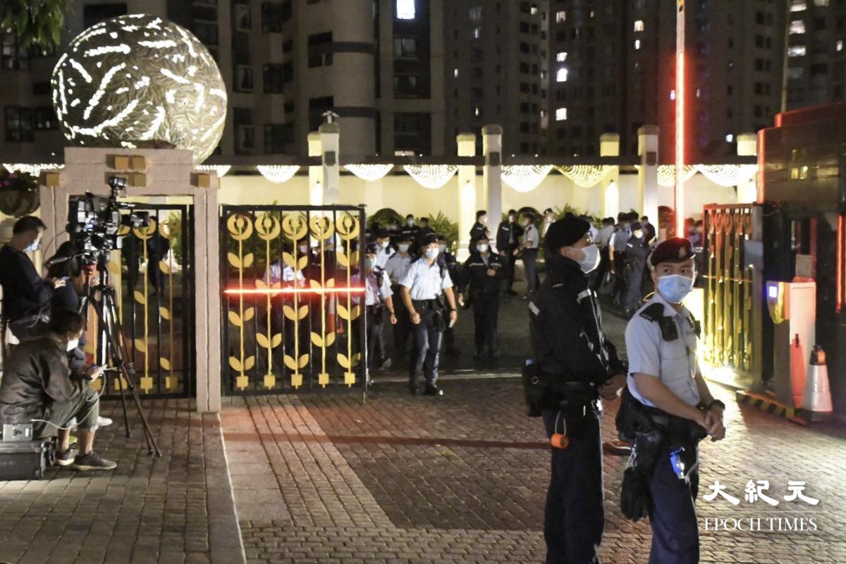 晚上約11時10分,舊山頂道23號帝景園現場情況,大批警員在門外駐守。(麥碧/大紀元)