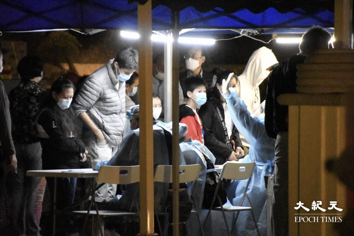 晚上約11時10分,舊山頂道23號帝景園第1座及第2座仍然部份有居民排隊等候檢測。 第3座、第4座、第5座,則有較多的居民排隊等候檢測。(麥碧/大紀元)