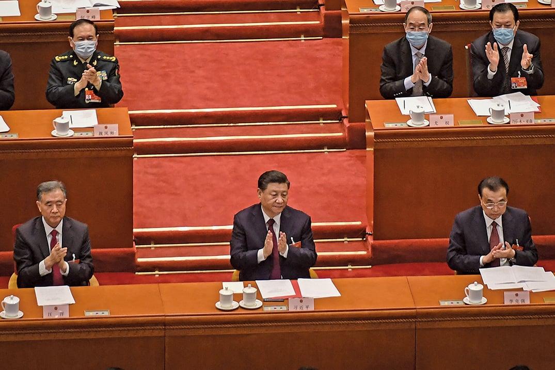 中共兩會。圖為3月11日,中共全國人大會議通過修改香港選舉制度草案。(NICOLAS ASFOURI/AFP via Getty Images)