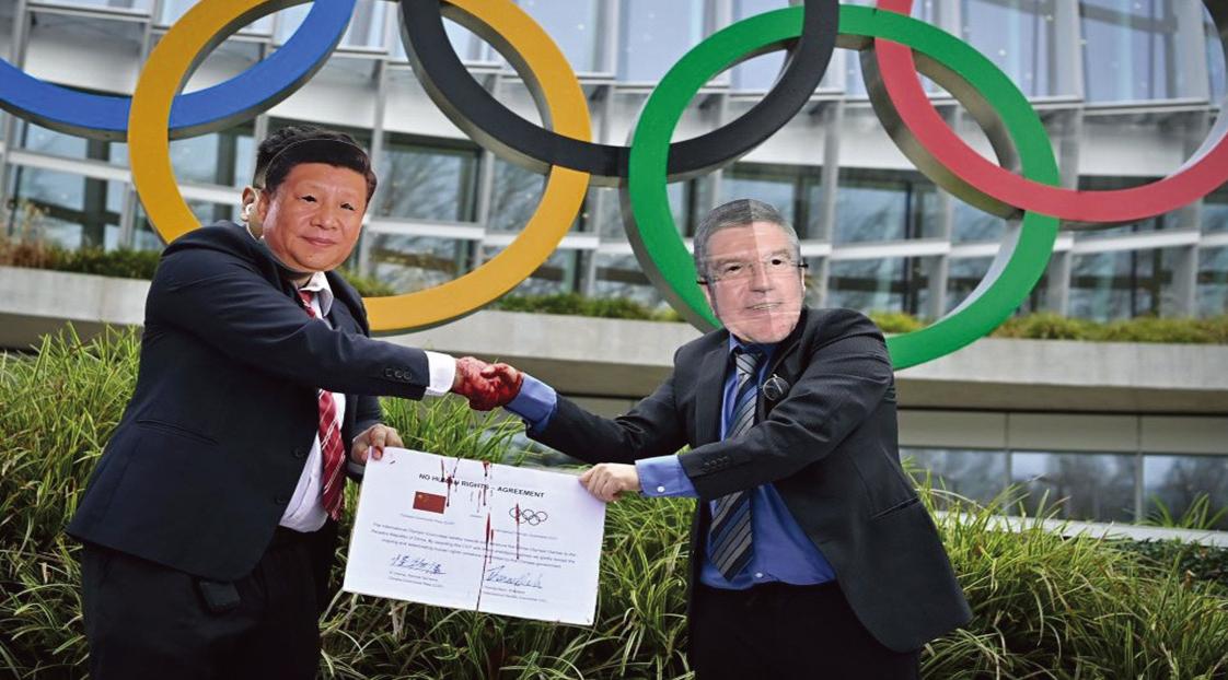 2月3日,國際西藏網絡的活動家,在抗議北京2022年冬季奧運會的活動中,抗議者戴著習近平和國際奧委會(IOC)主席巴赫的面具,在國際奧委會總部前握手。(Getty Images)