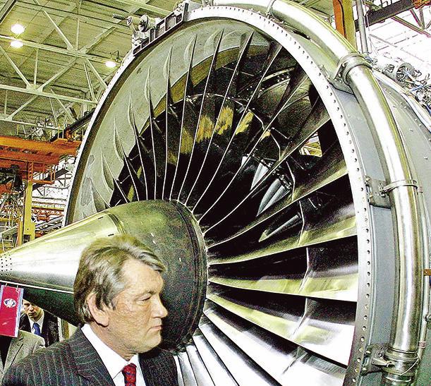烏克蘭總統尤申(Viktor Yushchen)2006年參觀「摩打西奇」(Motor Sich)公司。(AFP)