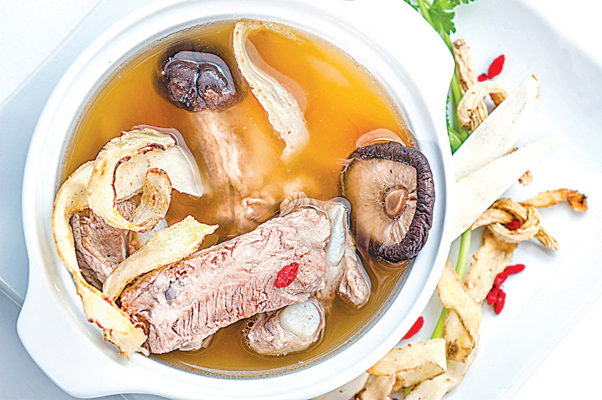 多吃豬骨湯、雞骨湯等富含軟骨素的食物,可增強皮膚的彈性。
