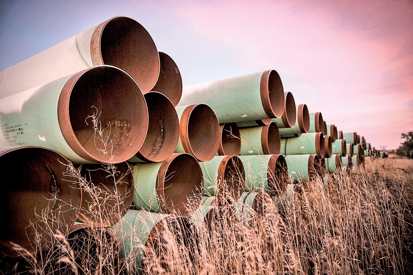 拜登簽署行政令,取消Keystone XL石油管道項目的許可。圖為準備用在有關工程中的管道。 (Andrew Burton/Getty Images)