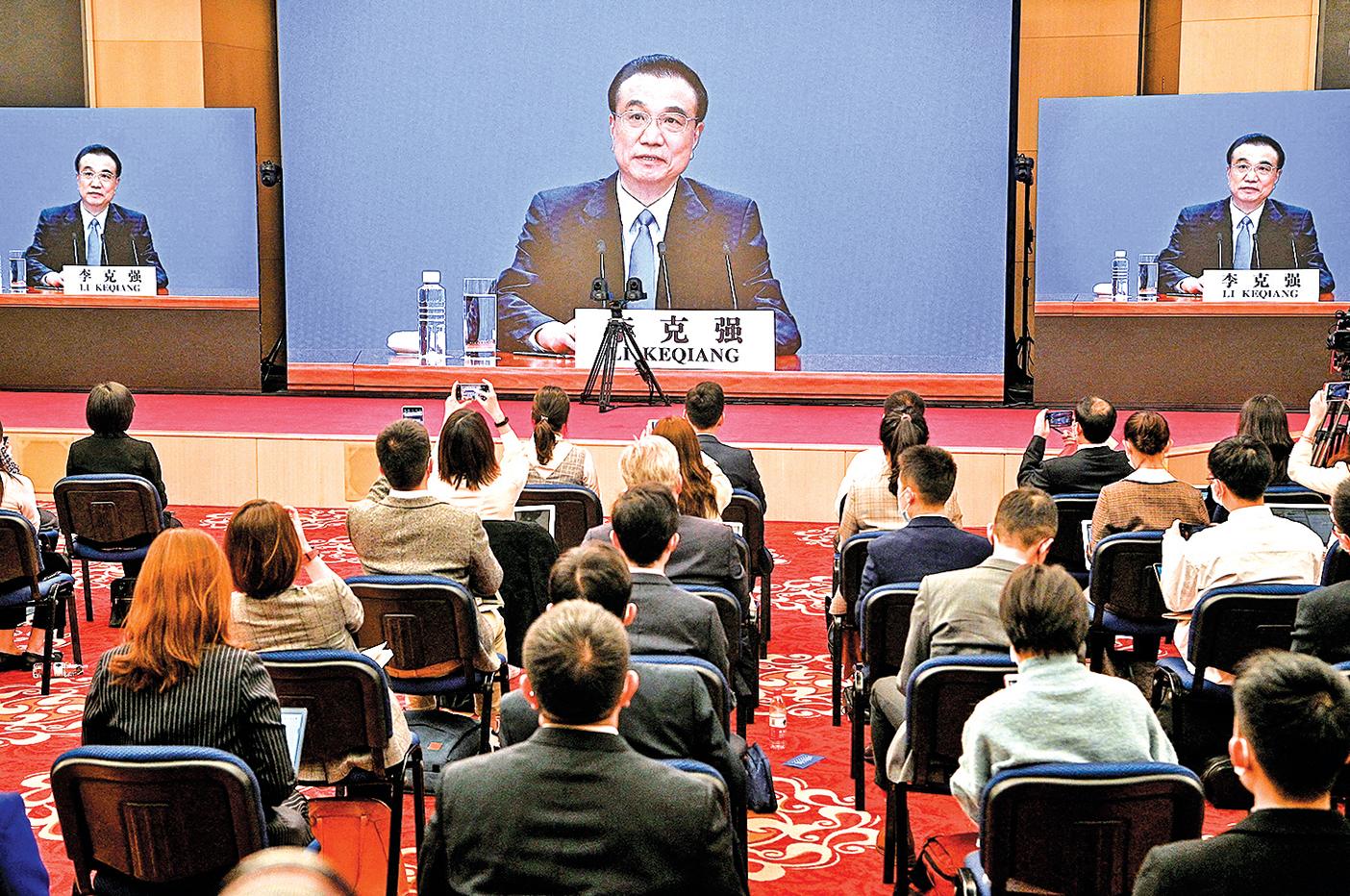 中共國務院總理李克強3月11日在北京人民大會堂閉幕後的新聞發佈會上,通過現場視頻發表講話。(Getty Images)
