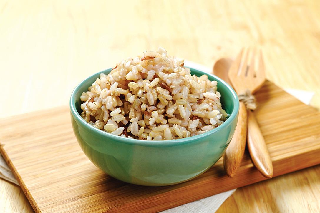 糙米保留了高纖維的麩皮,纖維含量比白米飯高。