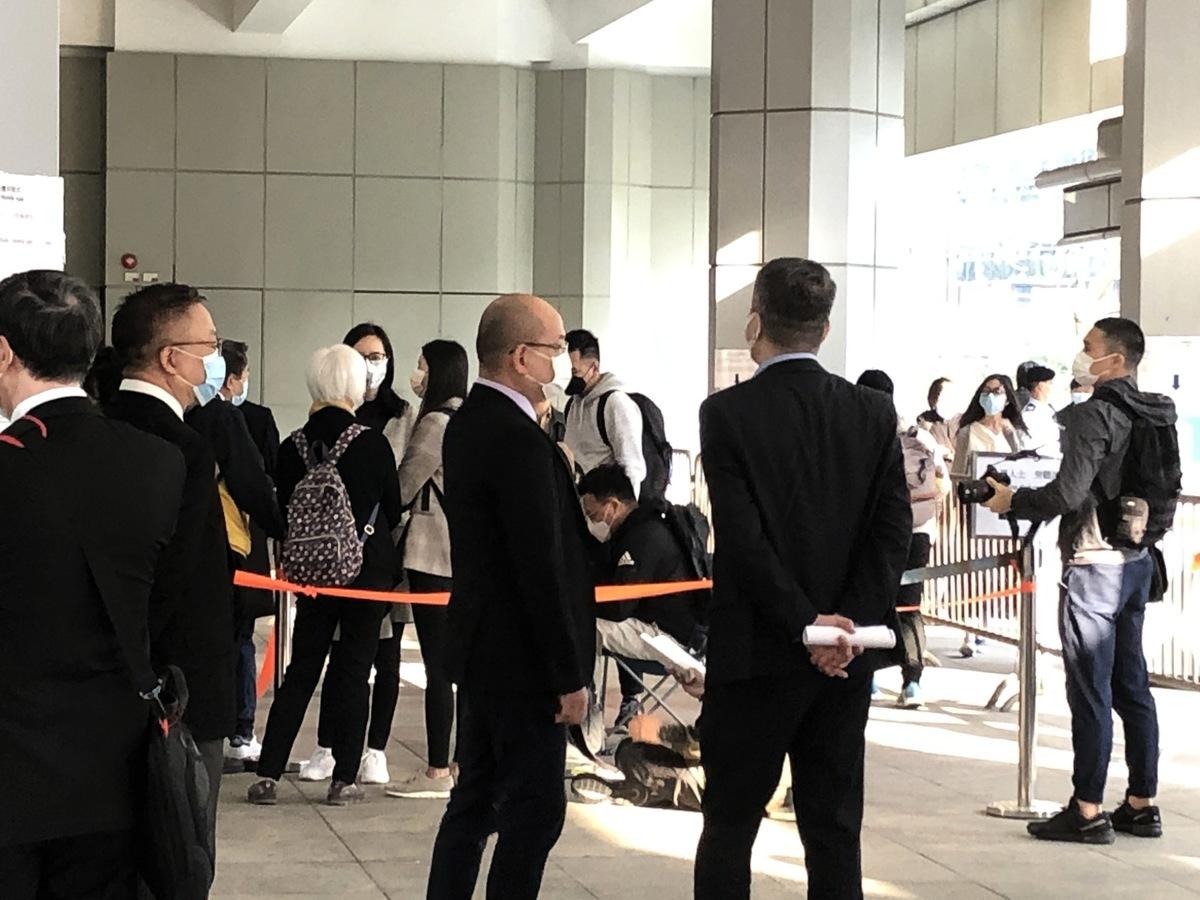 3月15日早上近8時,民眾在高等法院排隊等候派籌。(張曉慧/大紀元)