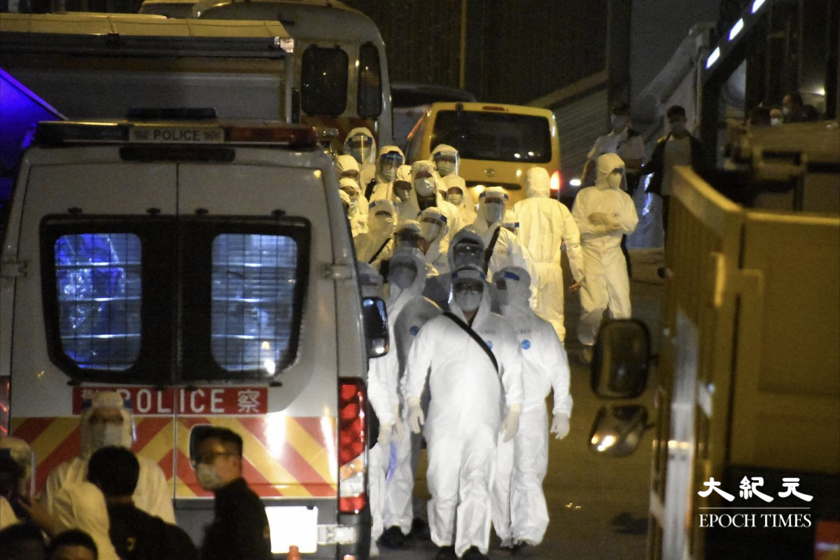 興華大廈和金鳳閣現場有大量穿著生化保護衣人員。(麥碧/大紀元)