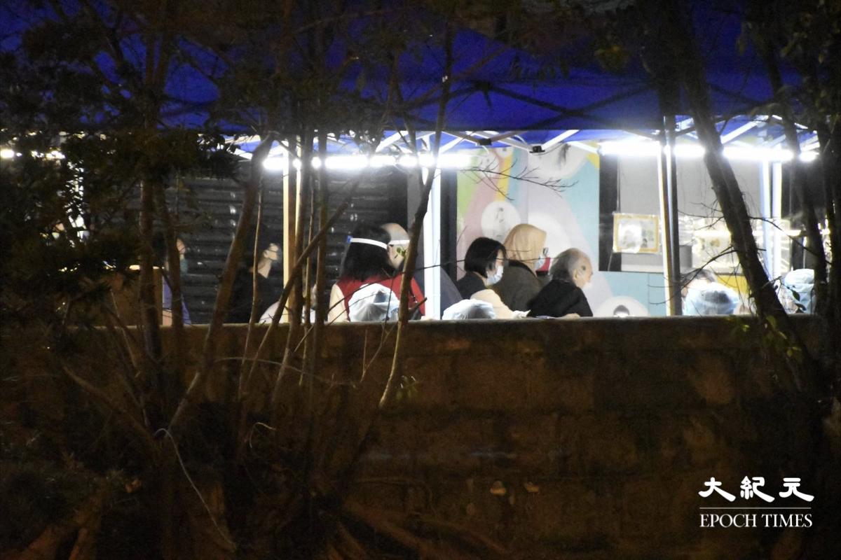 晚上11時多,位於金鳳閣外的檢測站,仍有市民接受檢測。(麥碧/大紀元)