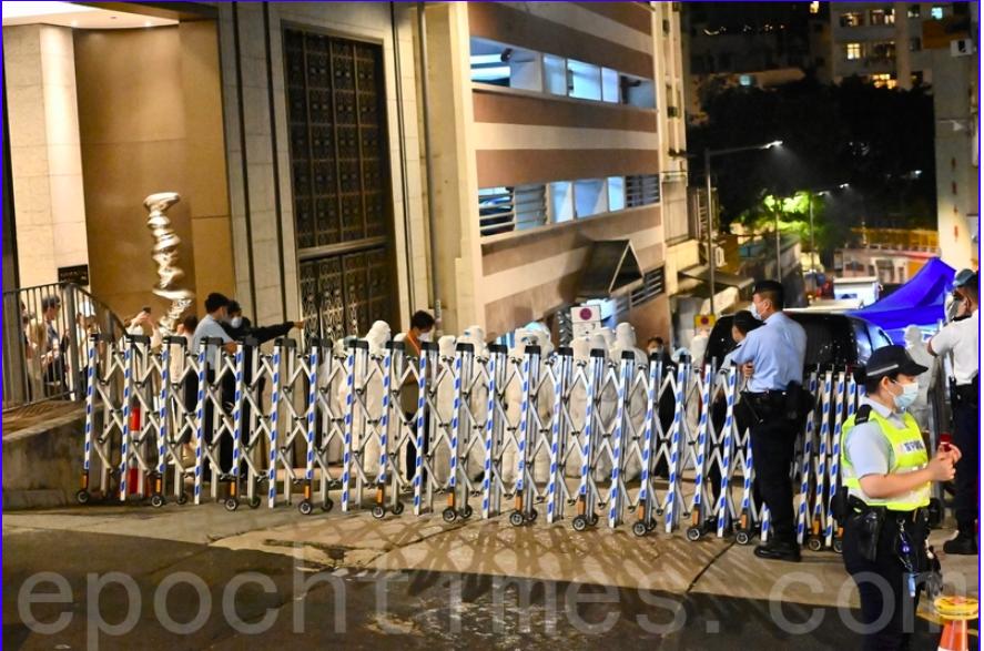 政府再度突襲港島半山區。晚上警方在高街、西邊街及薄扶林道一帶準備封區工作,強制檢測。(宋碧龍/大紀元)