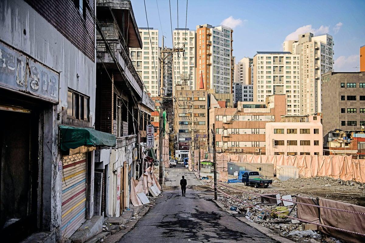 南韓爆出公務員投機買地醜聞。圖為首爾安陽區一個準備重建的廢棄社區。(AFP)
