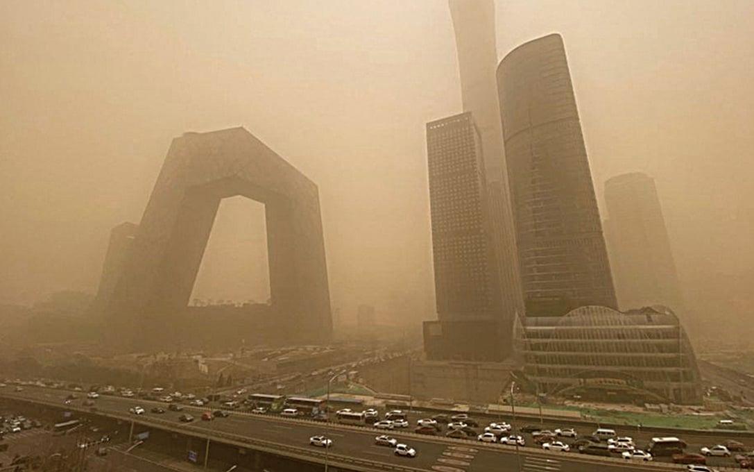 3月15日早上,北京遭遇沙塵天氣,PM10濃度飆升,黃沙蔽日。(LEO RAMIREZ / AFP via Getty Images)