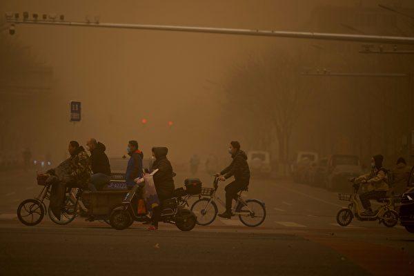 3月15日,北京市出現沙塵暴,滿天黃沙、遮天蔽日。圖為3月15日北京市的情況。(NOEL CELIS / AFP via Getty Images)