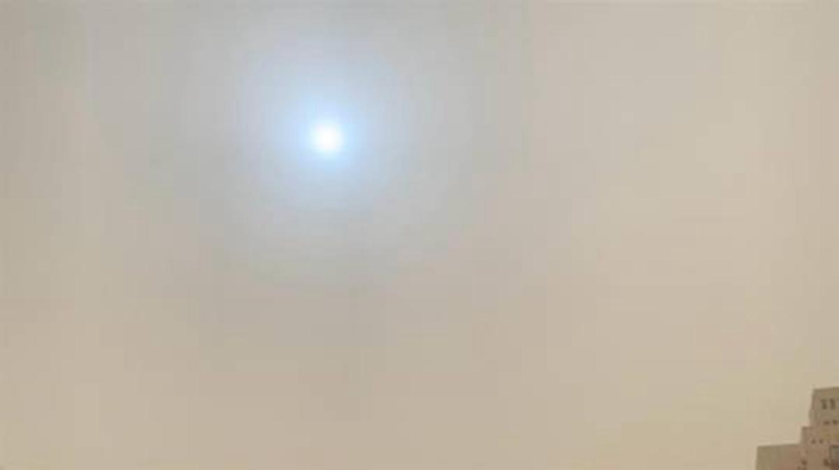 大陸多地民眾發現天空驚現「藍太陽」。(大陸網友提供)