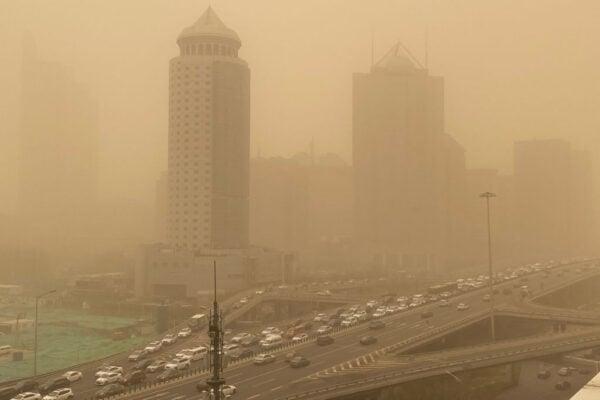 3月15日早上,北京遭遇沙塵天氣,PM10濃度飆升,漫天黃沙蔽日。( LEO RAMIREZ / AFP via Getty Images)