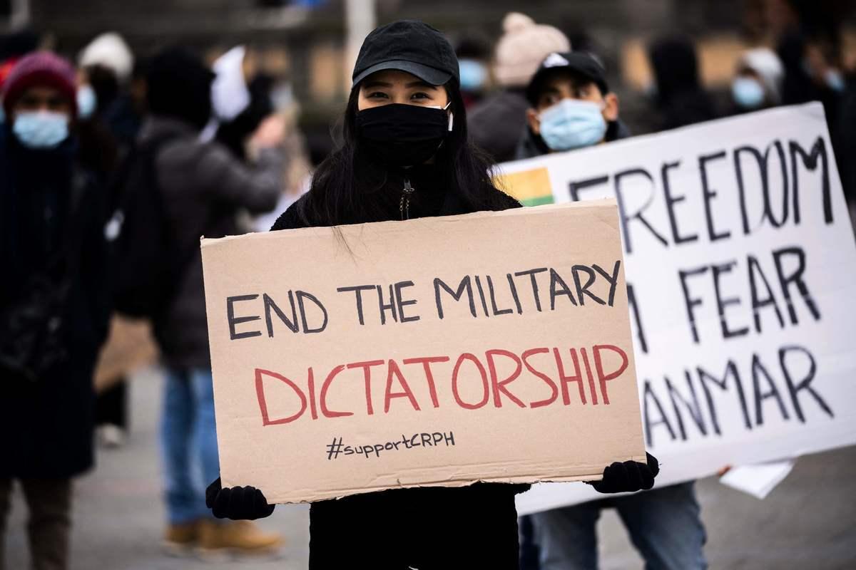 2021年3月12日,民眾於丹麥首都哥本哈根集會呼籲結束緬甸的軍事獨裁。日本《週刊現代》特別編輯委員近藤大介表示,中共正試圖通過緬甸政變從美國奪回在該國的影響力。 (Martin Sylvest / Ritzau Scanpix / AFP)