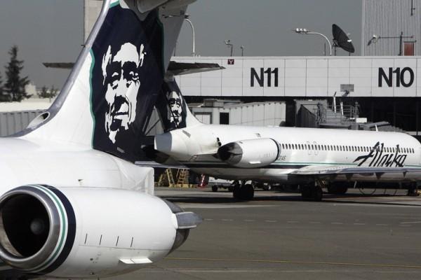圖為西雅圖國際機場停機坪停放的阿拉斯加航空班機。(GABRIEL BOUYS/AFP/Getty Images)