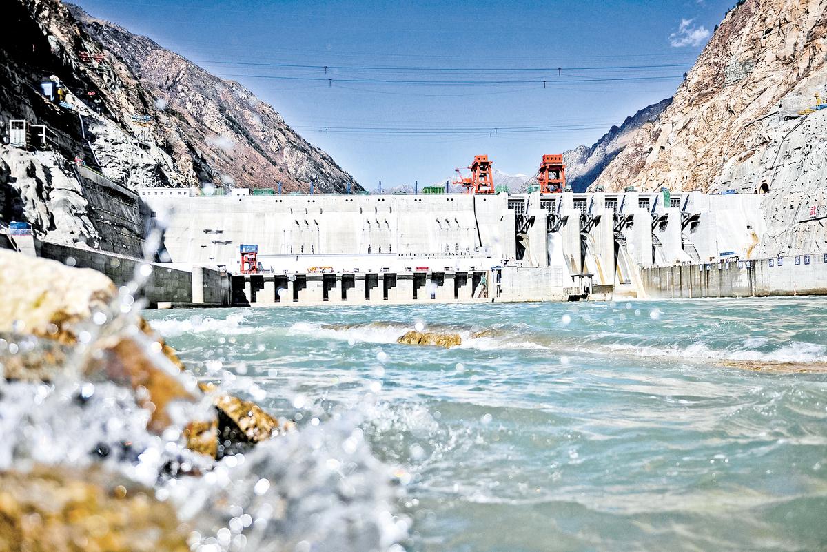 2014年拍攝的圖片,顯示了在西藏雅魯藏布江上修建的一處水電站。(Getty Images)