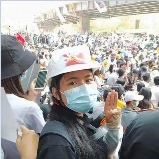 緬甸民眾發出救援手勢,希望得到外界的關注。(受訪者提供)