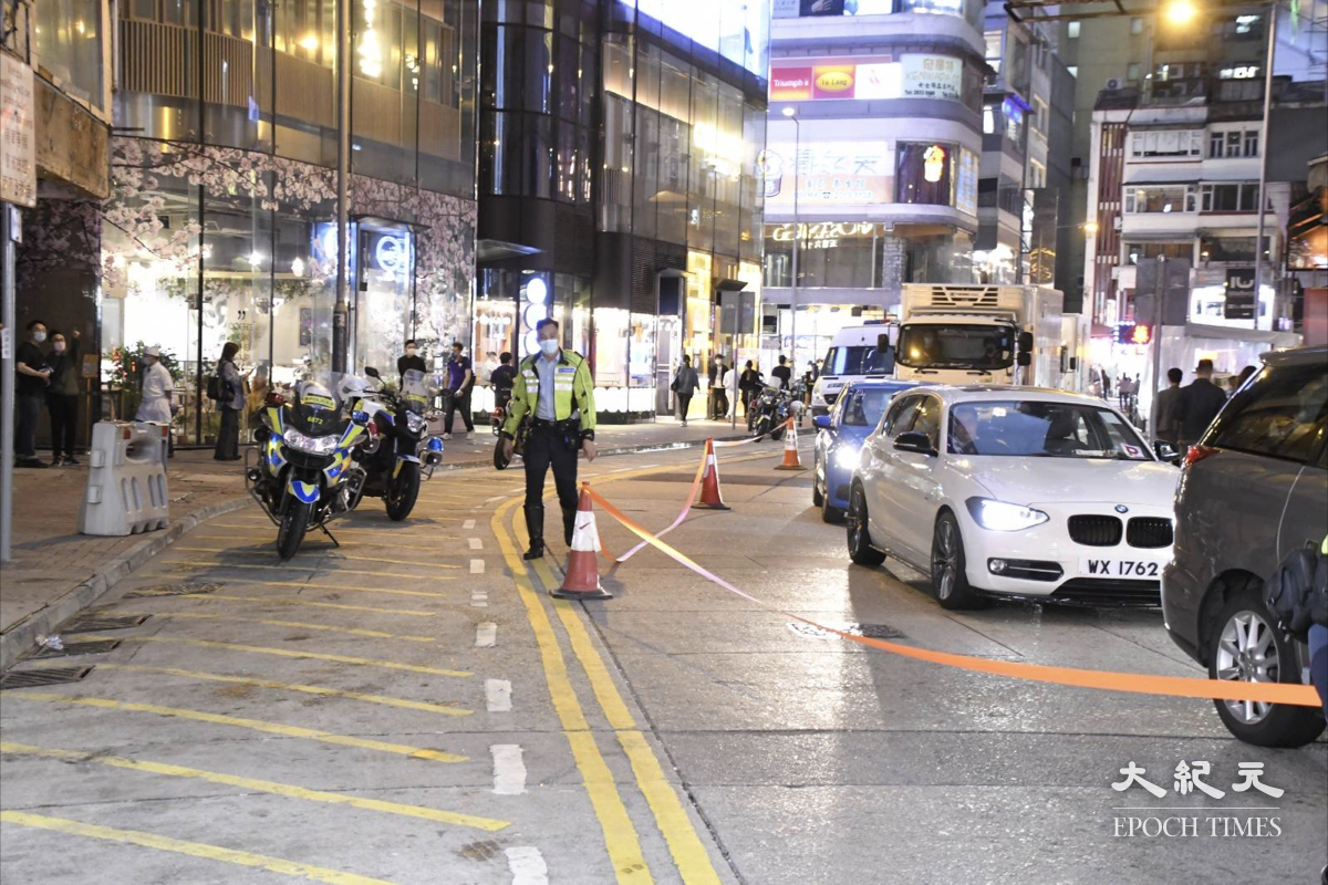 3月17日傍晚18:40,警方在銅鑼灣海都大廈附近拉起封鎖線,疑似為強檢準備。(麥碧/大紀元)