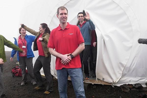 六位科學家去年在夏威夷莫納羅亞火山(Mauna Loa)展開長達一年的模擬居住火星實驗。圖為六人於當地時間8月28日結束這項實驗,走出實驗的「居住艙」。(YouTube擷圖)